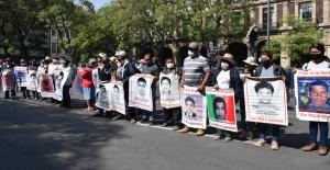 Padres de los 43 desaparecidos de Ayotzinapa se manifiestan frente a la SCJN