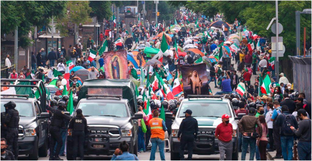 Tras orden para retirar las rejas, FRENAAA avanza hacia el Zócalo