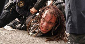 Protestas en Louisville por cargos contra oficial involucrado en muerte de Breonna Taylor; manifestantes y policías chocan