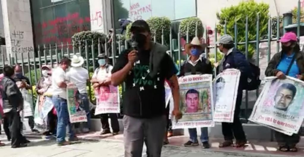 Padres de los 43 normalistas desaparecidos de Ayotzinapa proestan frente al Consejo de la Judicatura