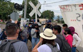 Manifestantes exigen liberación de normalistas en Michoacán