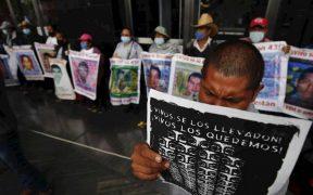 Padres de los 43 normalistas protestan frente a la FGR en la CDMX