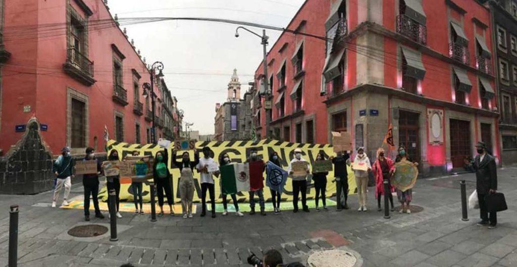 Integrantes de Fridays For Future manifestándose en el Centro Histórico de la Ciudad de México