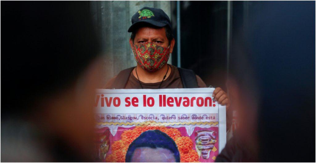 Familiar de un normalista desaparecido en Ayotzinapa