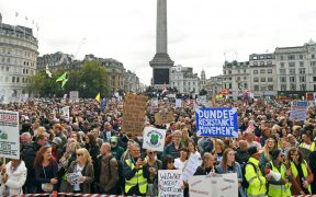Policía disuelve protesta en Londres contra medidas por Covid-19