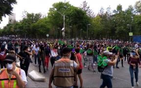 Marcha de mujeres a favor del aborto avanza por Eje Central rumbo al Zócalo