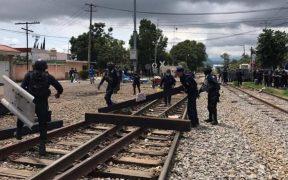 Retiro de bloqueos en vías del tren en Michoacán deja 14 agentes lesionados