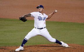 El mexicano Julio Urías se anotó el primer triunfo de Dodgers en la serie ante Brewers. (Foto: Reuters)