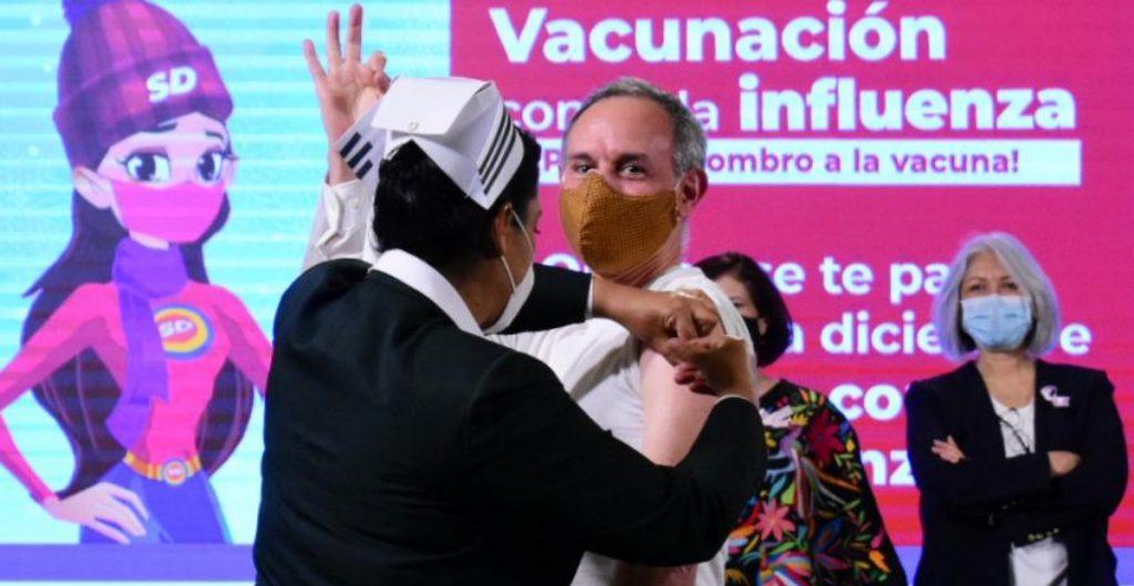Funcionarios de salud se aplican vacuna contra influenza en conferencia Covid