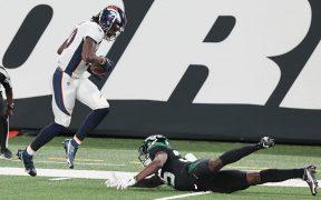 Jerry Jeudy, de los Broncos, anota ante la pobre marca de Pierre Desir, de los Jets. (Foto: Reuters)