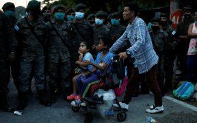 Policía y ejército frenan caravana migrante en Guatemala