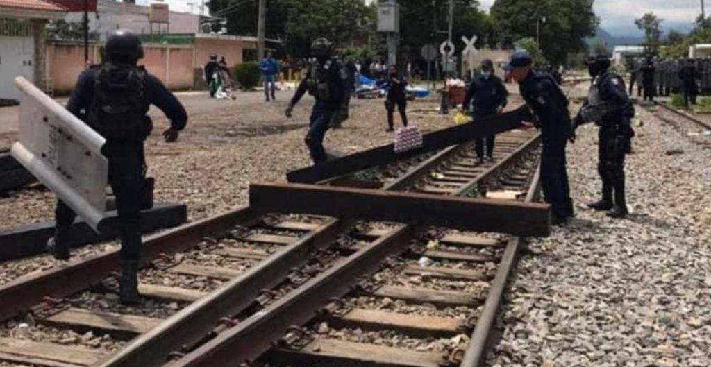 Sentencian a un año de prisión a 7 normalistas por toma de vías