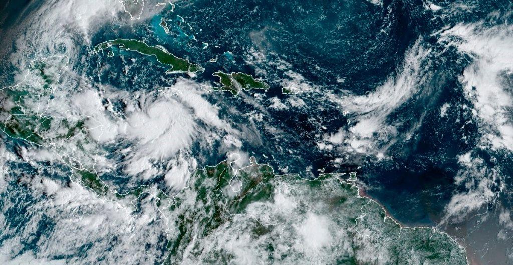 Delta se convierte en huarcán categoría 1; avanza hacia Quintana Roo