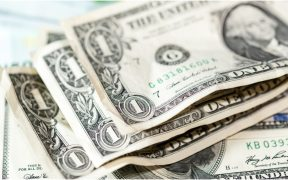 Peso cae tras suspensión de negociaciones sobre estímulos fiscales en EU