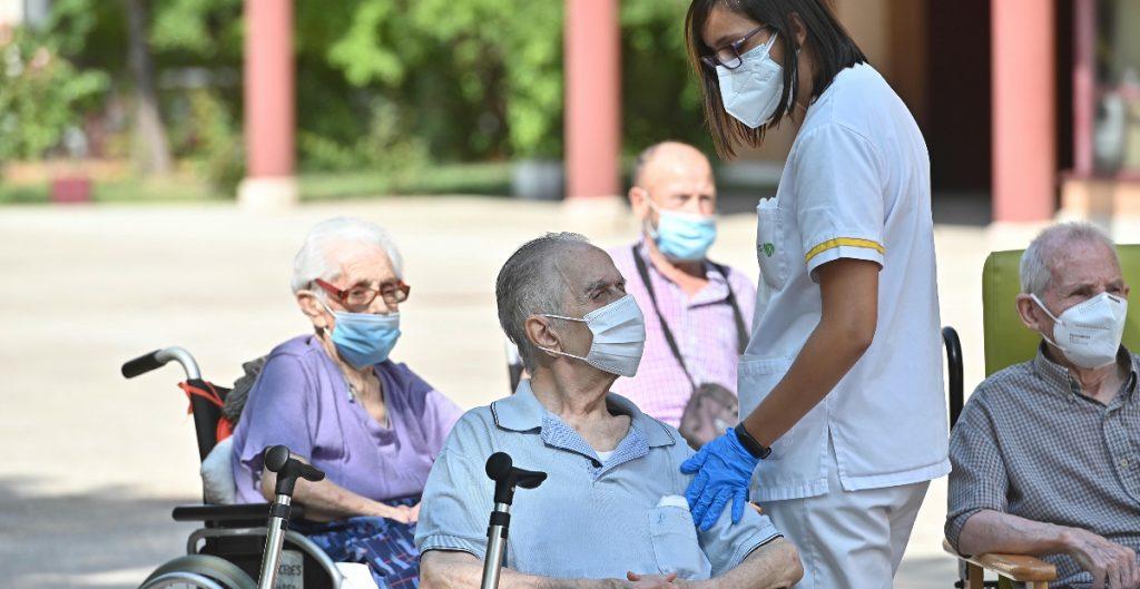 """""""Inaceptable"""" sacrificar a personas mayores por inmunidad grupal: OMS"""