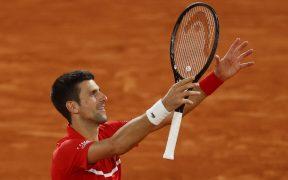Djokovic evitó la remontada de Tsitsipas y avanzó a la final de Roland Garros. (Foto: Reuters)