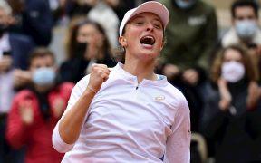 Iga Swiatek venció a Kenin en la final de Roland Garros, para ganar su primer título de Grand Slam. (Foto: EFE)