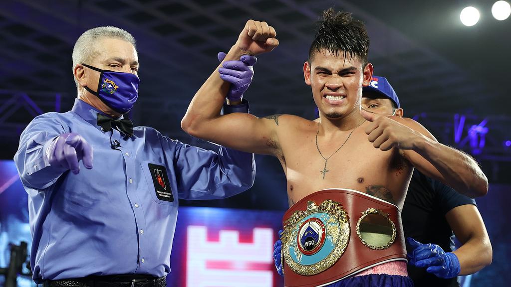 El mexicano Emanuel Navarrete ganó su segundo título mundial al vencer a Rubén Villa. (Foto: Top Rank)