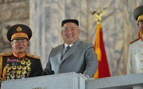 Corea del Norte presume su nuevo misil de largo alcance en desfile militar