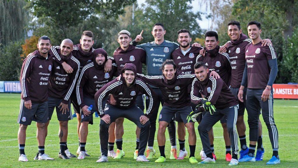 Los jugadores de la Selección Mexicana posan tras terminar su preparación para el partido del martes ante Argelia. (Foto: @miseleccionmxEN)