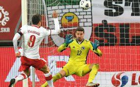 Lewandowski marcó dos goles en el triunfo de Polonia sobre Bosnia.