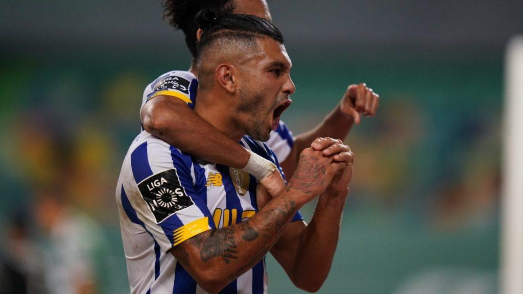 'Tecatito' Corona celebra su gol con el Porto, que empató ante Sporting. (Foto: FC@FCPorto)