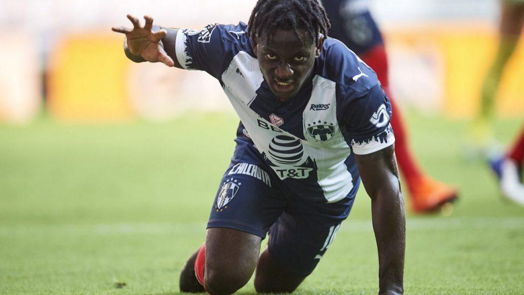 Aké Loba festeja su gol frente al Puebla.