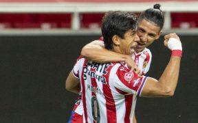 Antuna y Macías celebran un gol de Chivas frente al Altas en el clásico tapatío.