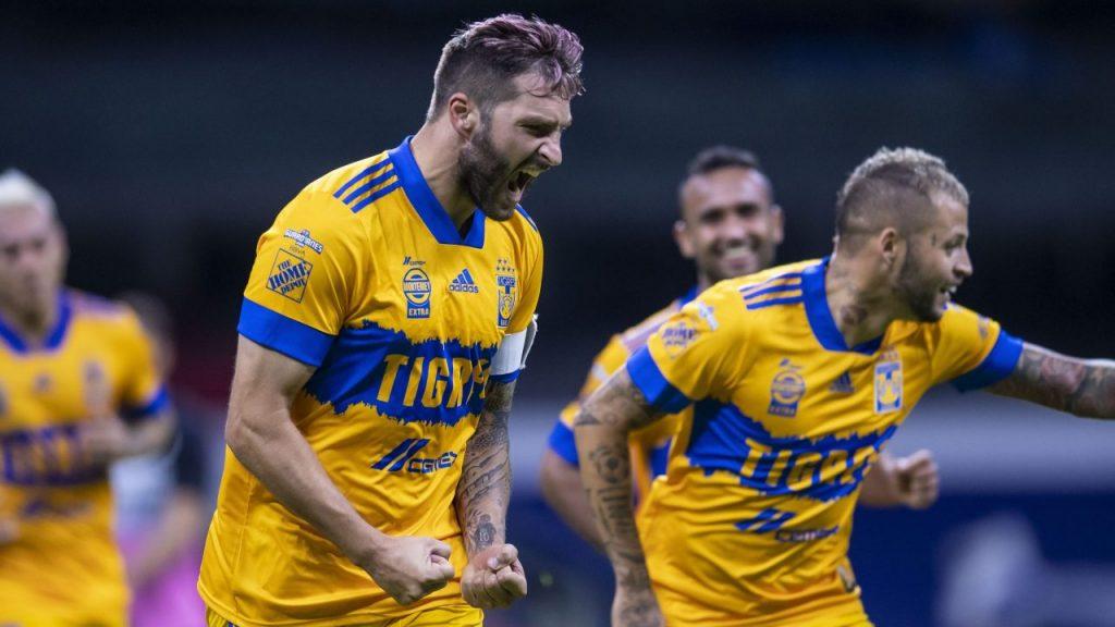 Gignac y el 'Diente' López festejan el triunfo de Tigres sobre Cruz Azul. (Foto: Mexsport)
