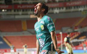 Fernando Navarro festeja un gol en la remontada del 'Rey' León contra el América.