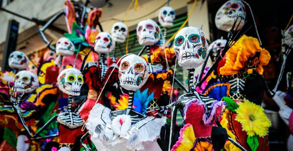 Catrinas y piñatas se fusionan para un Día de Muertos en pandemia