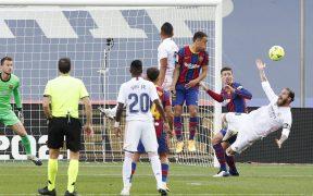 Sergio Ramos cae tras recibir un jalón de Lenglet que se marcó como penalti tras revisar el VAR. Foto: Reuters.