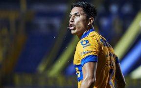 Carlos Salcedo reclama una jugada en el empate entre Tigres y FC Juárez.