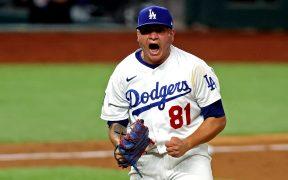 El mexicano Víctor González ganó el Juego 6 para que los Dodgers se lleven la Serie Mundial 2020. Foto: Reuters.