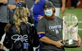 Aunque dio resultado positivo a COVID-19, Justin Turner, de los Dodgers, salió a cargar el trofeo de campeón.