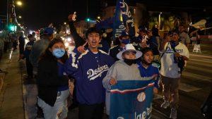 Aficionados salieron a festejar a las calles de Los Ángeles, donde LeBron James sugirió celebrar el título de Dodgers.
