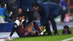 Neymar salió por lesión en el diuelo que el PSG le ganó al Istanbul Basaksehir.