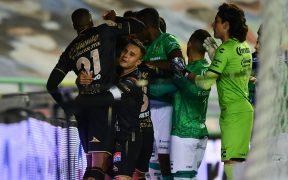 Rodríguez y Barreiro buscaron pelear tras una jugada fuerte del visitante que no se marcó como penalti.