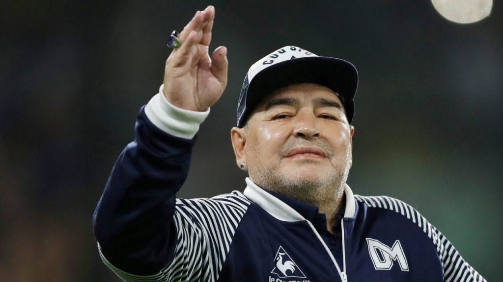 """Maradona pasó """"bien"""" su primera noche en el hospital y está consciente, reveló su médico."""