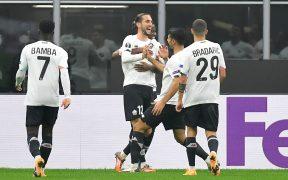 El delantero turco del Lille, Yusuf Yazici, celebra uno de sus tres goles ante Milan en la Europa League.