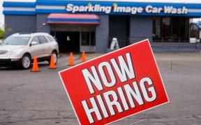 Crecimiento de empleo en EU se frena; tasa de desempleo baja a 6.9%