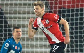 Stuart Armstrong celebra el segundo gol del Southampton ante Newcastle que les da el liderato de la Premier League, al menos por un día. Foto: Reuters.