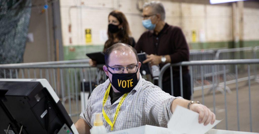 Trabajador del USPS admite haber fabricado acusaciones de fraude electoral
