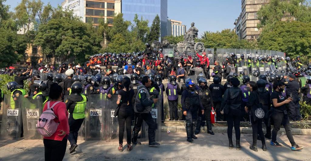 Protestan afuera de la representación de Quintana Roo en CDMX por represión del lunes en Cancún