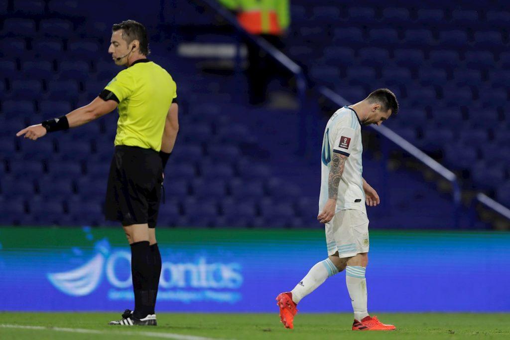 Lionel Messi luce decepcionado tras una decisión del VAR que anuló un gol de Argentina frente a Paraguay.