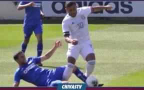 Ignacio Rivero, de Cruz Azul, lesionó a Alexis Vega, por lo que Chivas pide su inhabilitación.