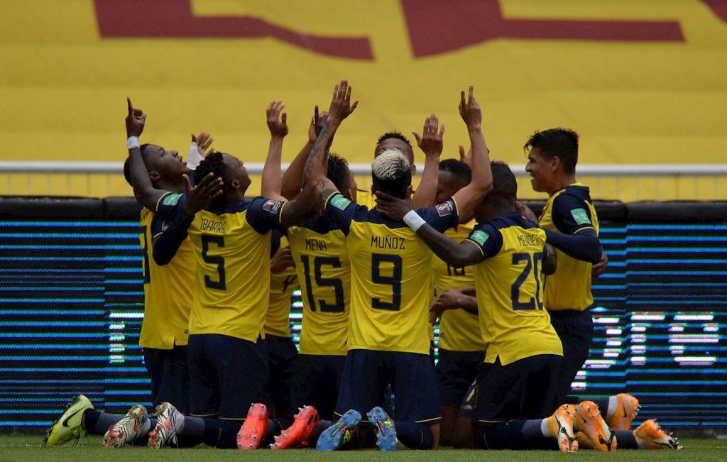 Los jugadores de Ecuador celebran la goleada frente a Colombia, que entra en grave crisis.
