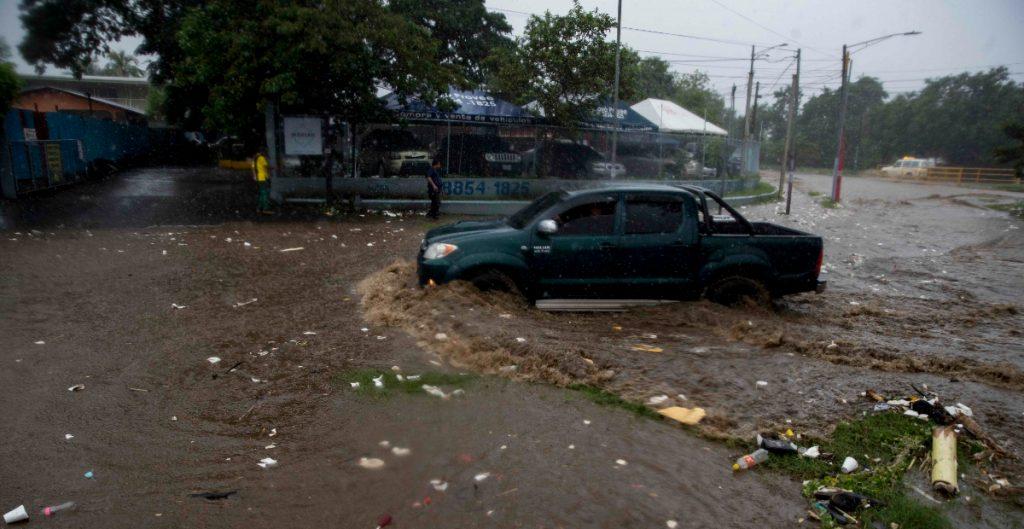 'Iota' sale de Honduras y cruza a El Salvador como depresión tropical