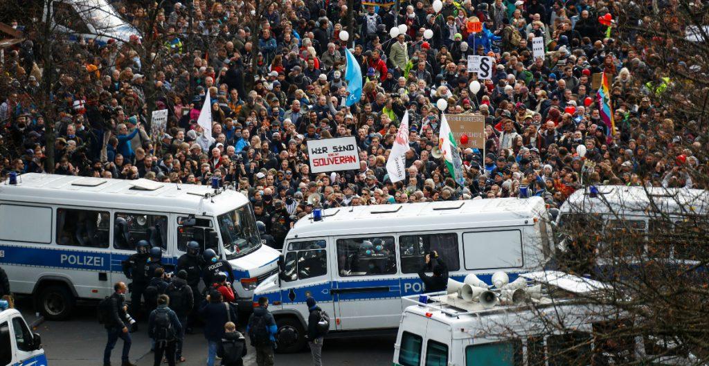 Policía disuelve protesta contra las restricciones por Covid-19 en Berlín