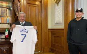 El presidente López Obrador recibió en su oficina al beisbolista Julio Urías, campeón de la Serie Mundial 2020 con Dodgers.